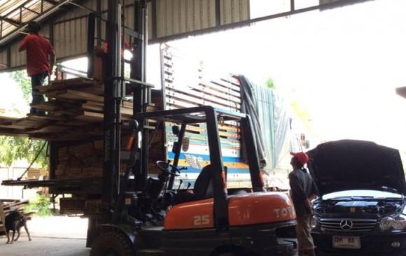 ส่งไม้ปาร์เก้ไม้หอมฮิโนกิให้ลูกค้า 1 คันรถสิบล้อ ในกทม.