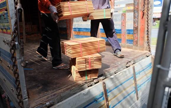 ส่งไม้ปาร์เก้ไม้มะค่าโมงให้ร้านขายปลีกที่พระราม 5 กทม.
