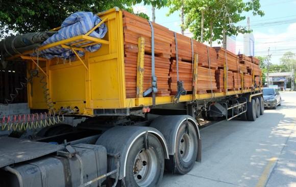 จัดส่งไม้ให้ลูกค้าที่ อ.ลําลูกกา จ.ปทุมธานี จำนวน 1 คันรถเทรลเลอร์