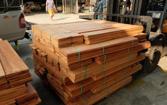"""จัดส่งไม้มะค่าโมงลาวรางลิ้นขนาด 1"""" x 6"""" x 100cm ให้ลูกค้าที่ กทม."""